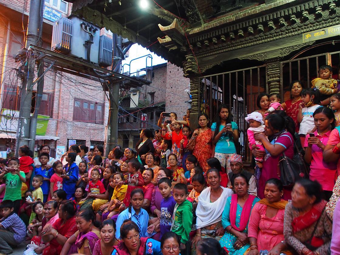 Asteptand-o pe Kumari pe treptele templului
