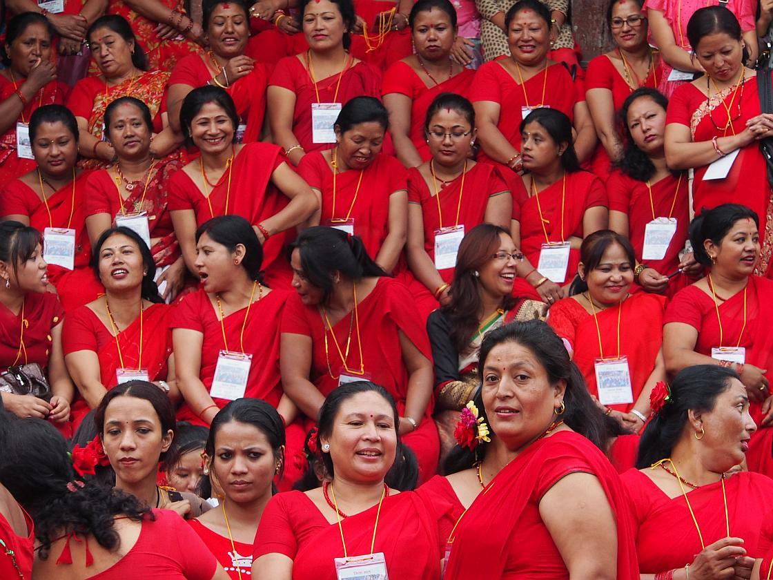 Femei in sariuri rosii