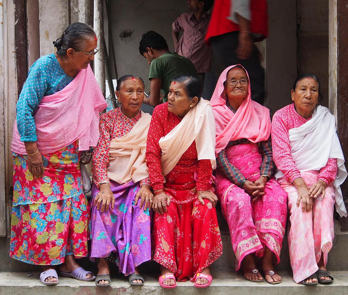 Femei in varsta asteptand-o pe Kumari