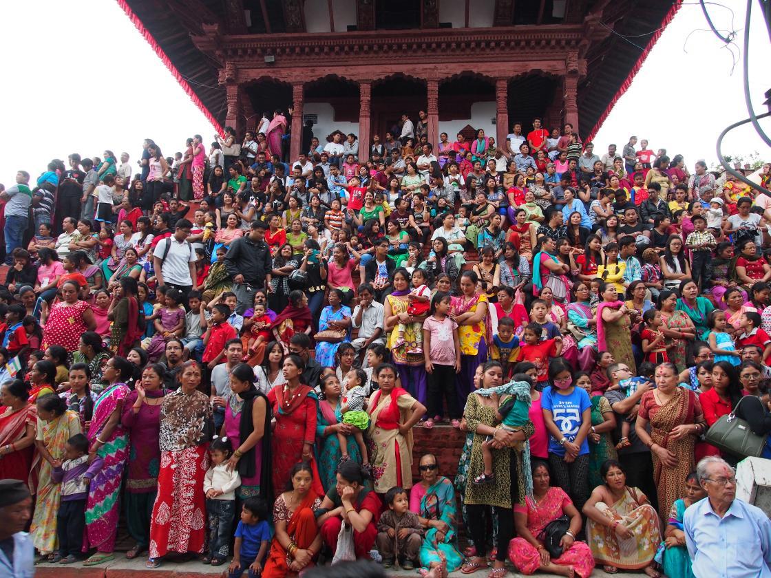 Multime asteptand-o pe Kumari pe treptele templului