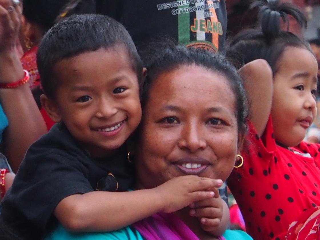 Mama cu copil in spate - Sherpa