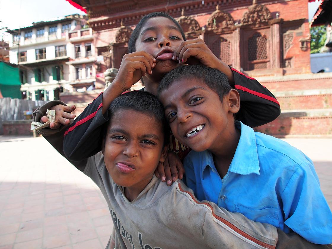 Trei copii care se stramba