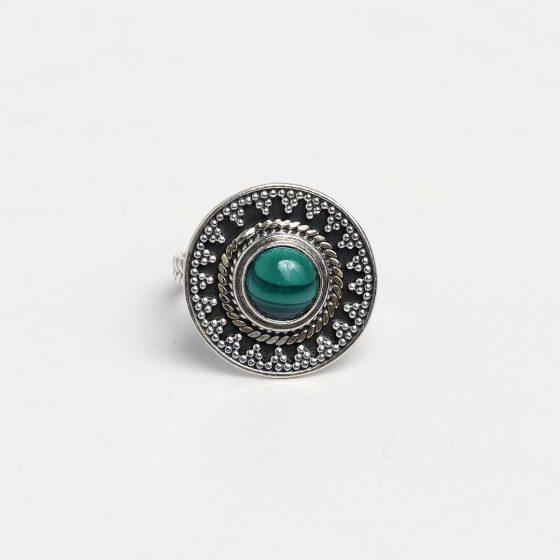 Inel rotund din argint antichizat, cu piatra verde malachit, lucrat in India