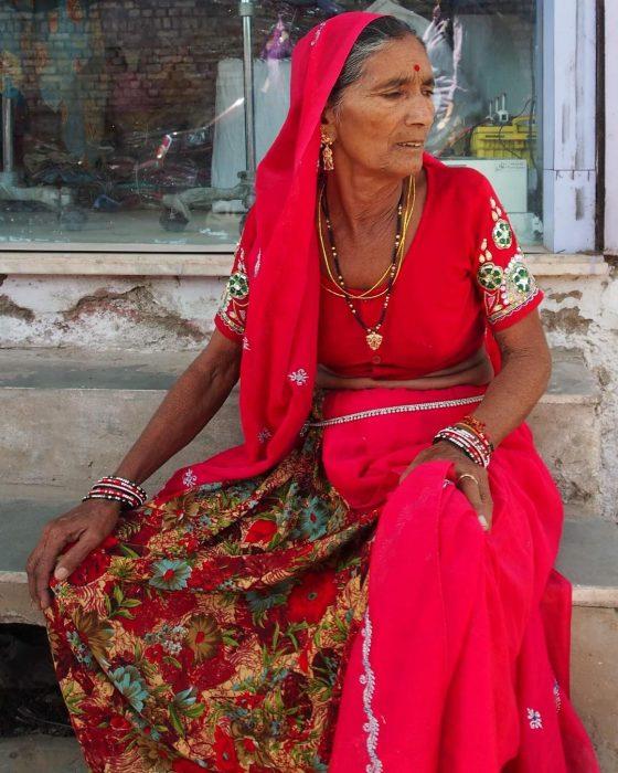portul indian traditional la femei, plin de bijuterii indiene