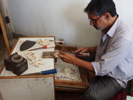 artizani bijutieri indieni lucrand bijuterii etnice