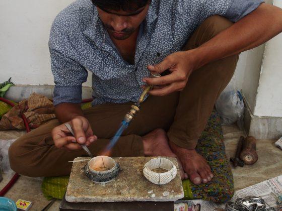 artizani bijutieri indieni lucrand bijuterii traditionale