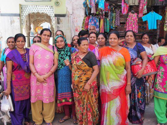 femeile respecta traditiile indiei in portul popular