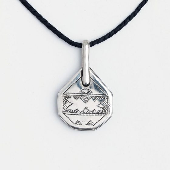amuleta tuarega din argint, cu rol protector si simboluri antideochi pentru barbati, gata de oferit cadou de Valentine's Day