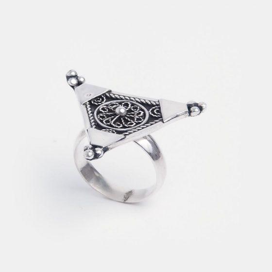 Inel din argint sub forma de triunghi, lucrat manual in Maroc, este o bijuterie speciala de oferit cadou de Valentine's Day