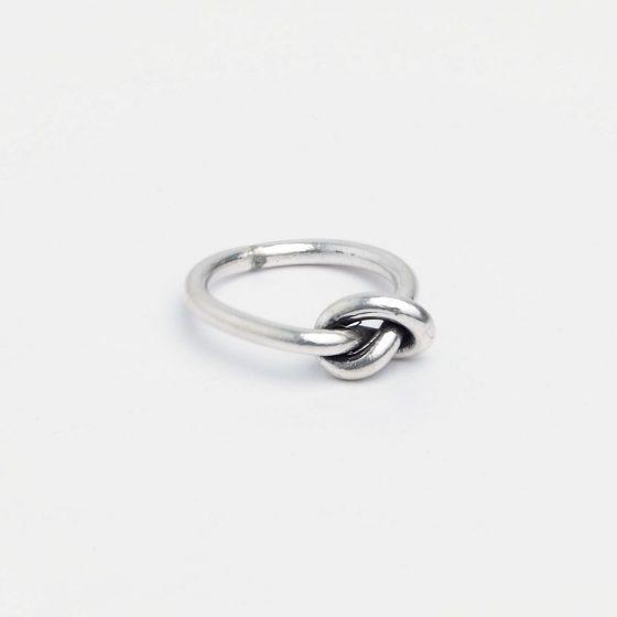 Inel din argint cu nodul iubirii este un cadou romantic pentru iubita de Valentine's Day