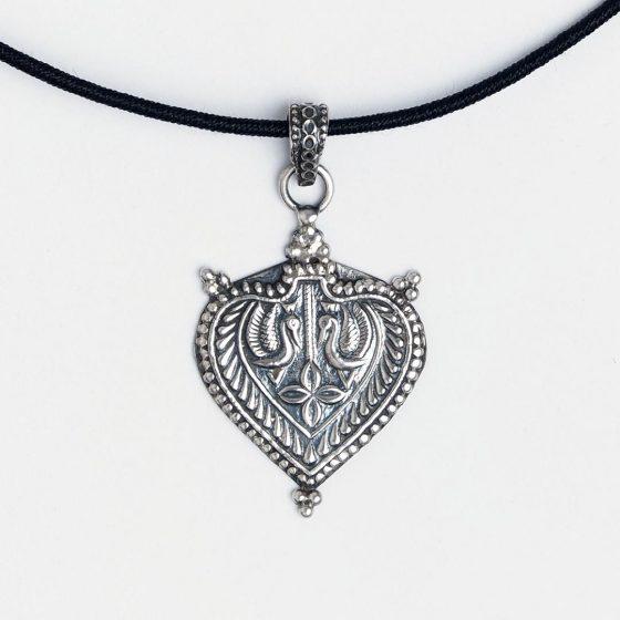 Pandantiv din argint patinat Yoni, un cadou inspirat pentru femei de Valentine's Day