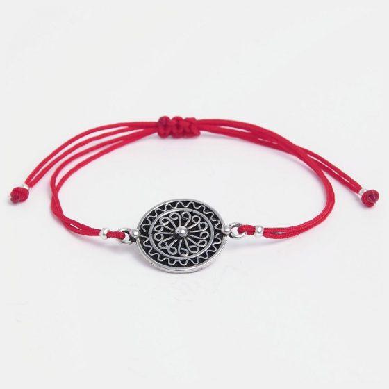Bratara argint si fir rosu, cu medalion marocan lucrat manual, ideal de oferit cadou pentru colege si prietene in martie