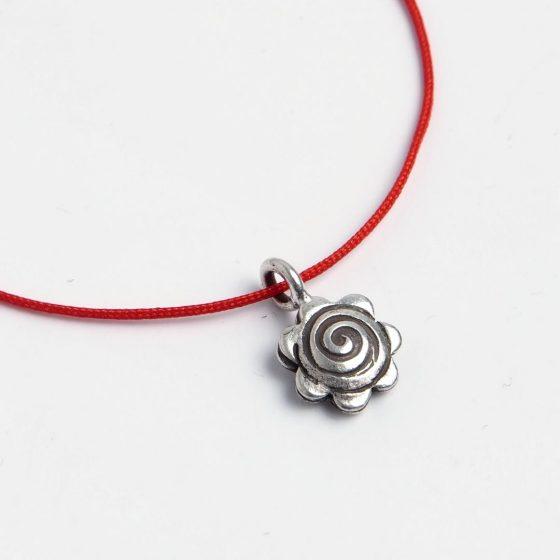 Bratara charm cu fir rosu de martisor, simbol floare, pentru cadouri pentru femei in martie