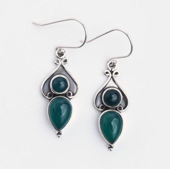 Cercei etnici din argint si agata verde, lucrati manual in India, sunt un cadou inspirat pentru femei de 1 si 8 martie