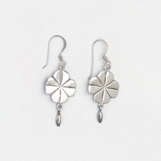 Cercei mici din argint trifoi cu patru foi, potriviti pentru un cadou de 1 si 8 martie pentru colege si prietene