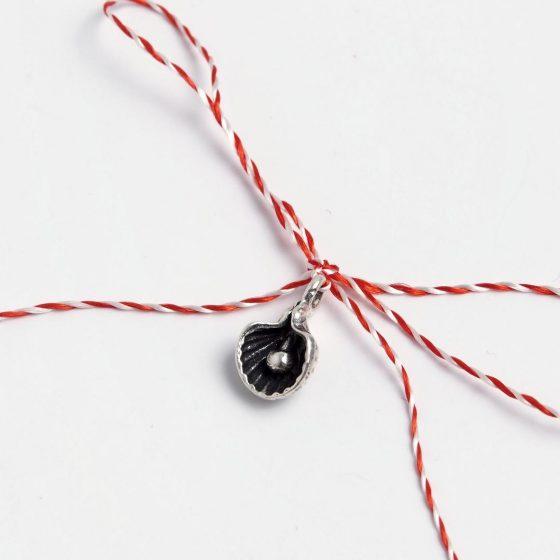 Martisor handmade din argint cu scoica, pentru cadou de 1 si 8 martie