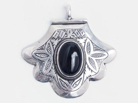 Despre Onix, piatra stăpânirii de sine: semnificații și proprietăți ale bijuteriilor cu onix negru