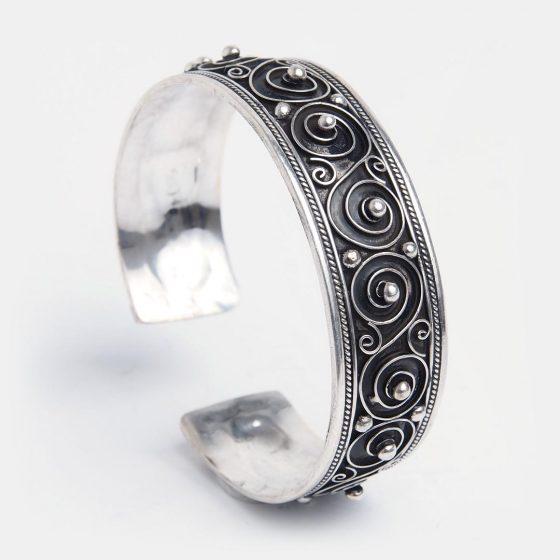 Un cadou feminin si traditional, o bratara bijuterie din argint lucrata manual in Maroc