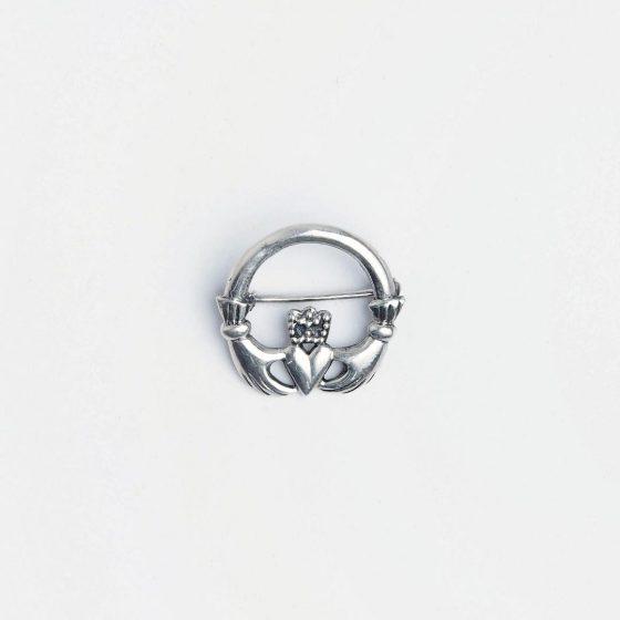 Brosa din argint ce simbolizeaza iubirea si prietenia, un cadou simbolic pentru prietena ta cea mai buna