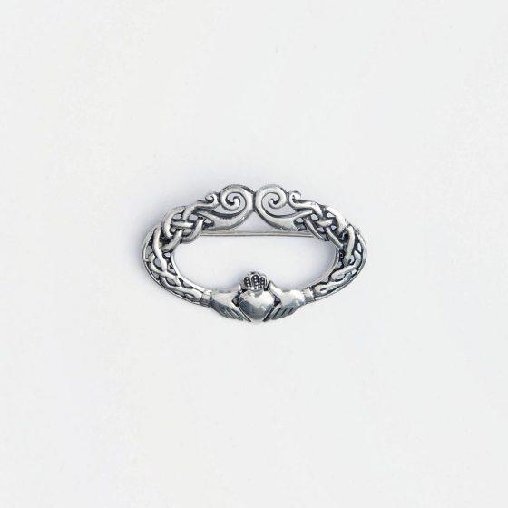 Un cadou pentru prietena ta buna este o brosa din argint care simbolizeaza prietenia