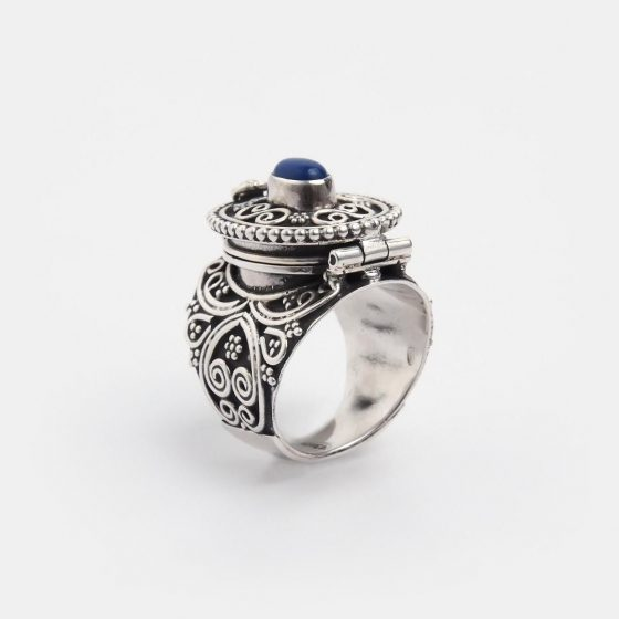 Inel amuleta din argint patinat si lapis lazuli, un cadou deosebit si frumos pentru o prietena cu personalitate