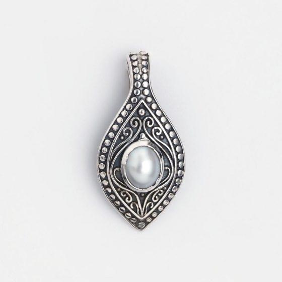 Un pandantiv rafinat și feminin, din argint și perlă model indian.