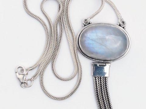 Despre Piatra Lunii, simbol al echilibrului: origine, semnificații și proprietăți ale bijuteriilor cu piatra lunii