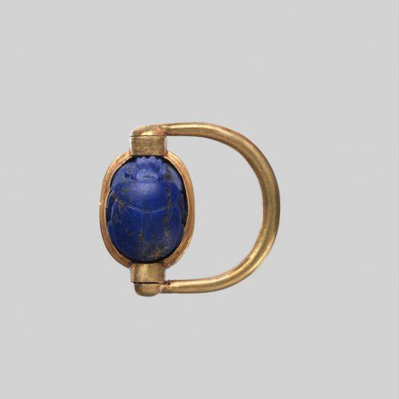 Inel scarabeu din aur și lapis lazuli, cu numele lui Hatshepsut și Tutmes III, din colecția MET