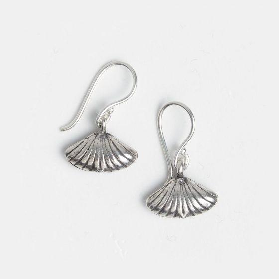 Cercei mici scoică, din argint, lucrați manual în Thailanda.