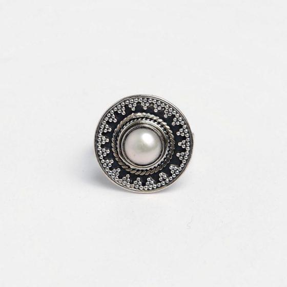 Inel rotund cu perla alba, din argint patinat
