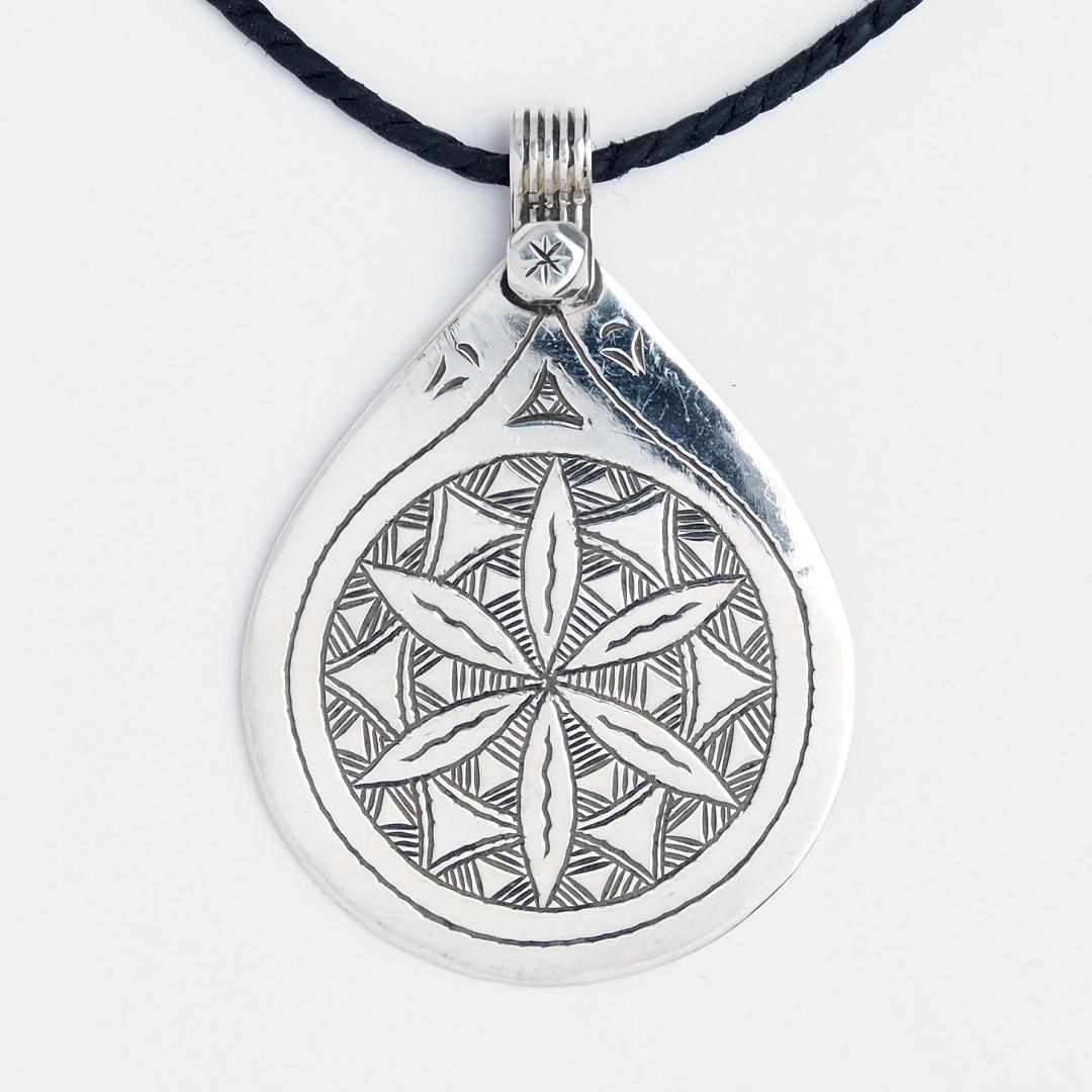 Amuletă tuaregă Ezza, argint gravat, șnur de piele, Niger