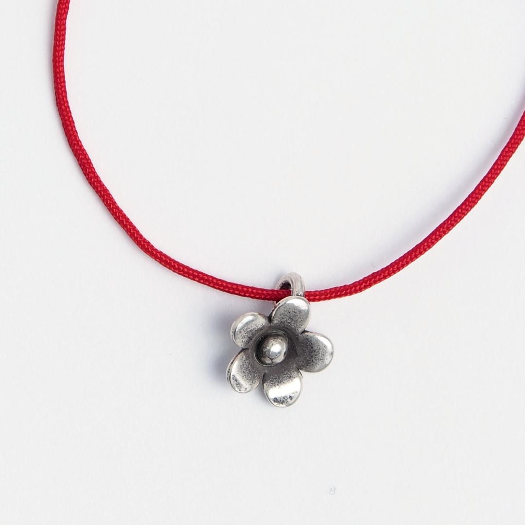 Brățară floricică din argint și fir roșu, reglabilă
