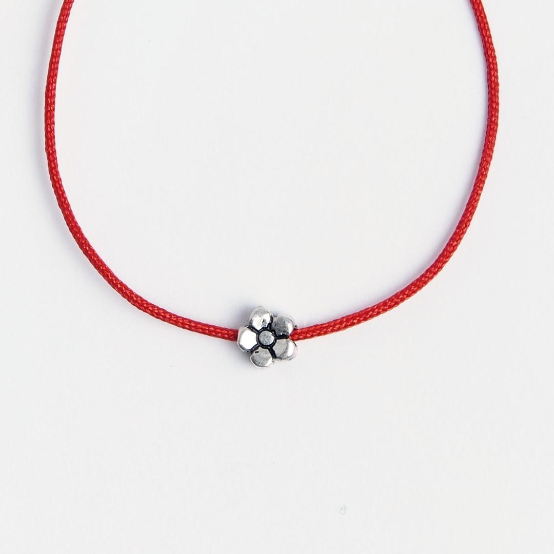 Brățară floricică mică din argint și fir roșu, reglabilă