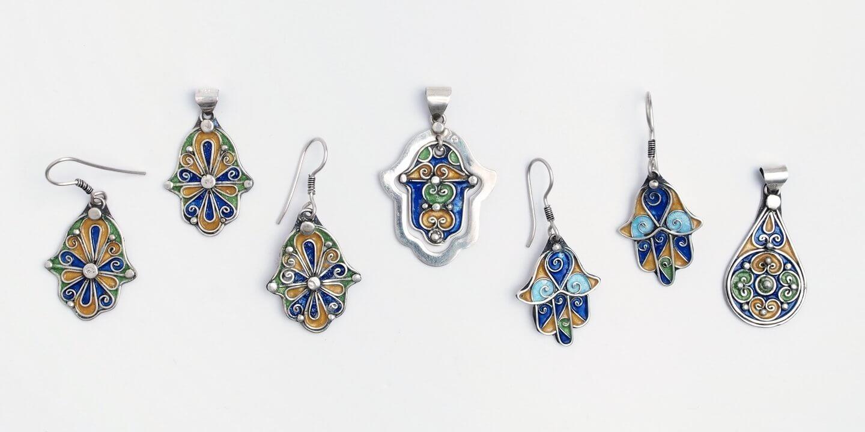 Brățări din argint și email lucrate manual în Maroc