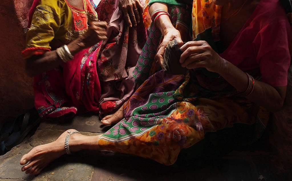 Femei din Rajasthan, India, cu brățări de picior