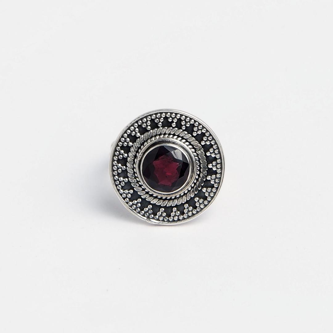 Inel rotund Amit, argint patinat și granată fațetată, India