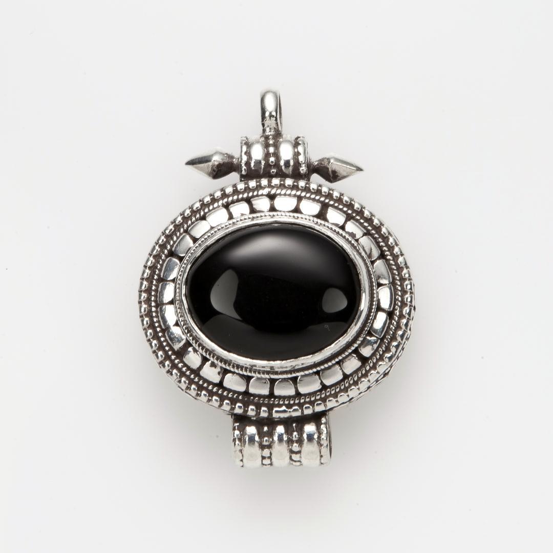Pandantiv amuletă cutiuță tibetană Gao, argint și onix, Nepal
