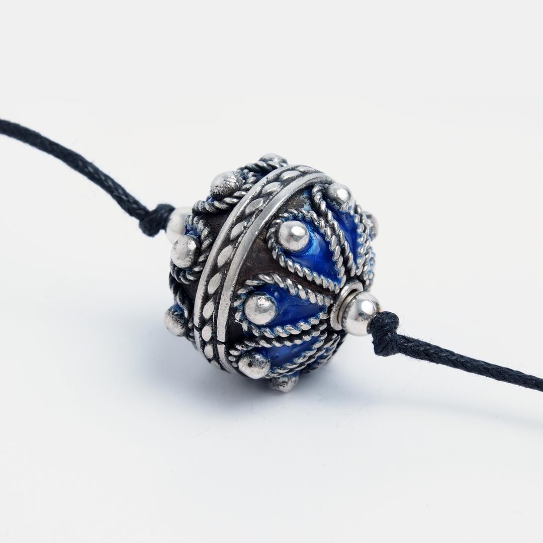 Pandantiv amuletă taguemmout, argint și email albastru, Maroc