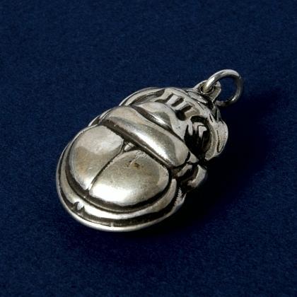 Pandantiv egiptean scarabeu cu două fețe, argint