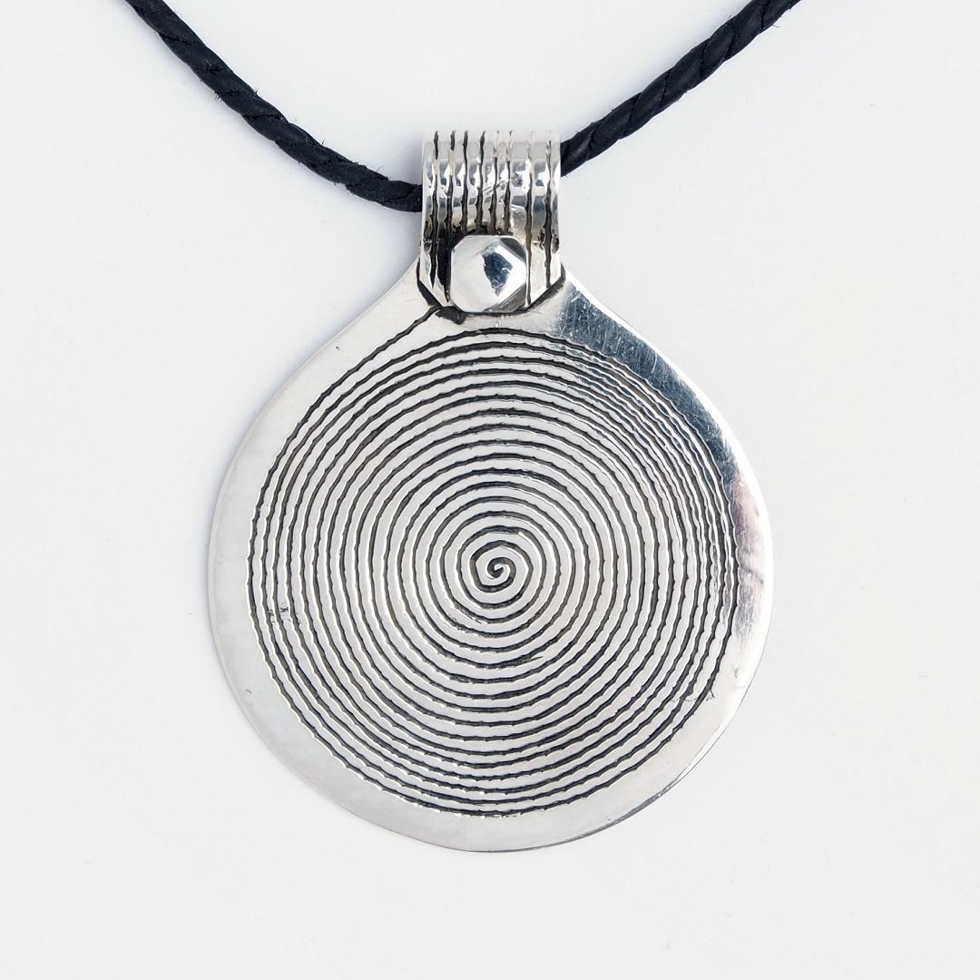 Pandantiv mediu spirală Djenne, argint, șnur de piele, Niger